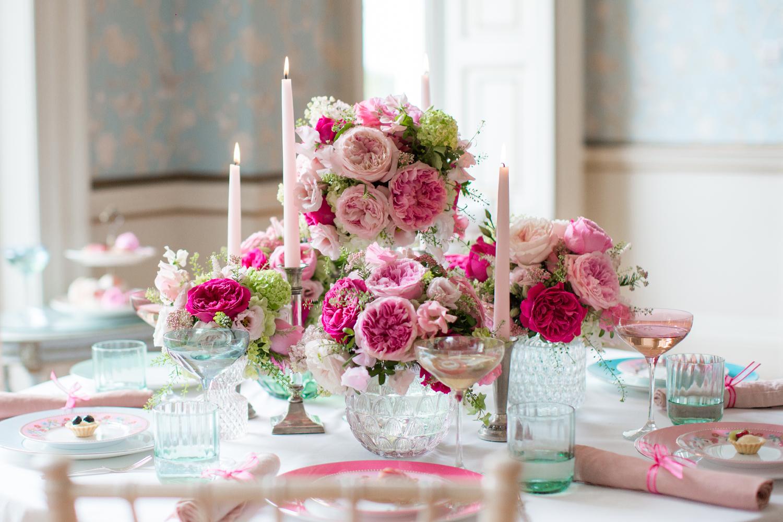 Cena del evento con arreglos de rosas de David Austin
