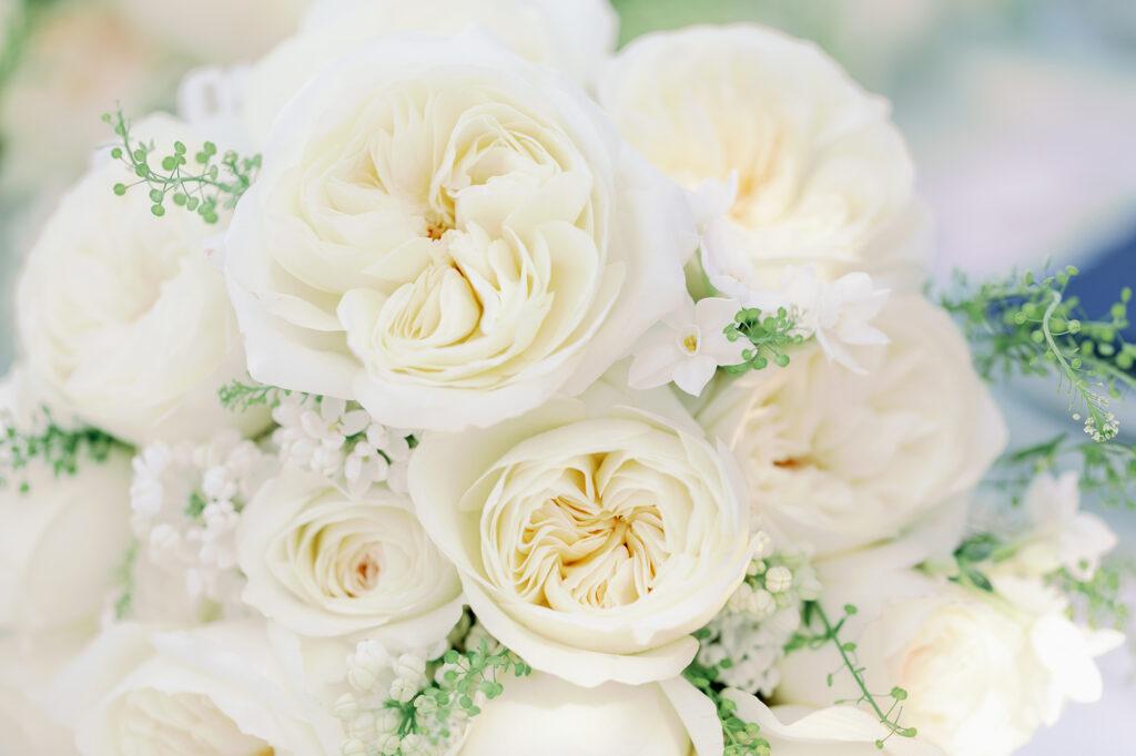 Leonora David Austin couper des roses avec des narcisses