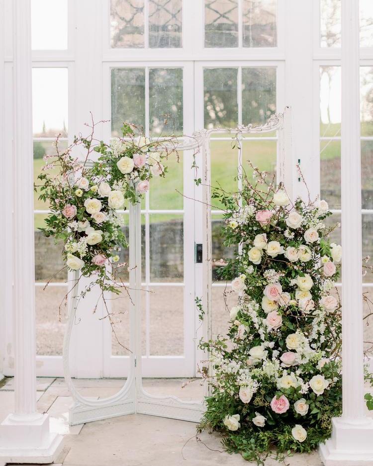 Instalación floral llena de rosas