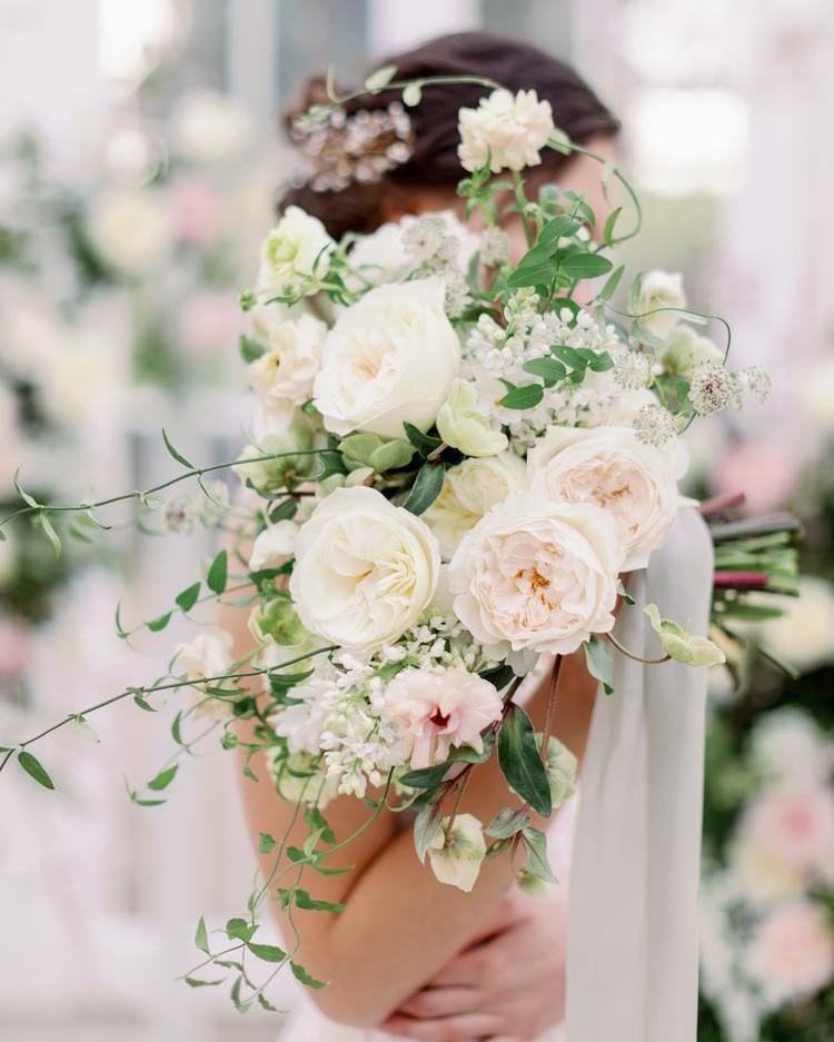 Ramo de boda blanco y rosa ruborizado