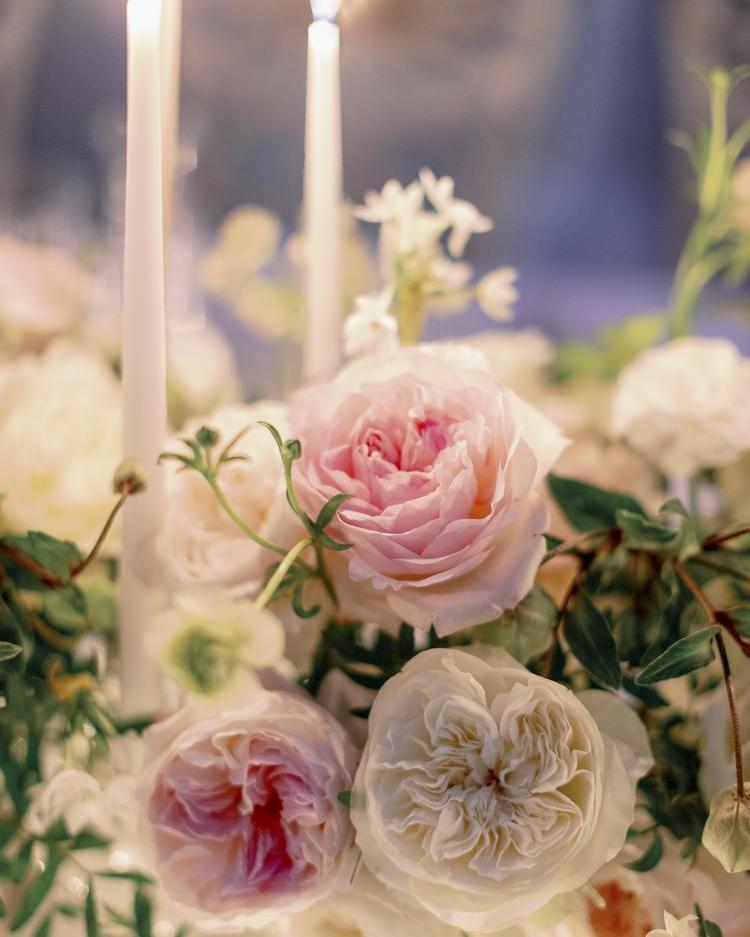 Rosas blancas y ruborizadas para una mesa de boda