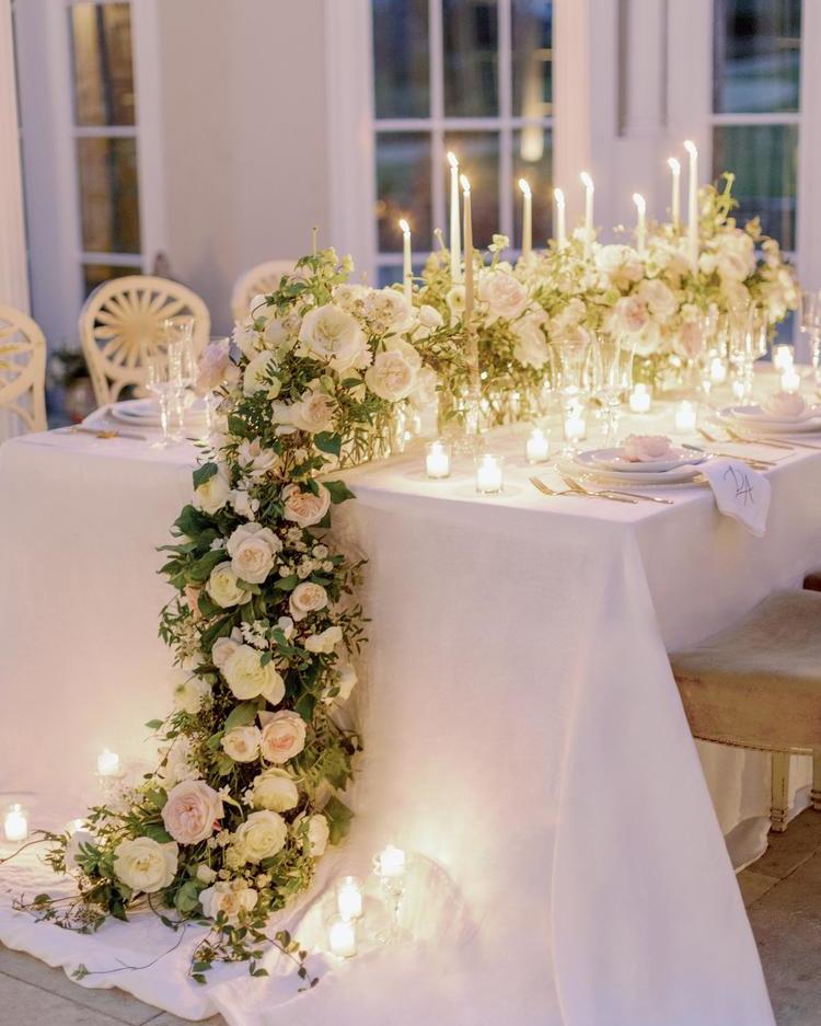 Camino de mesa de boda relleno de rosas