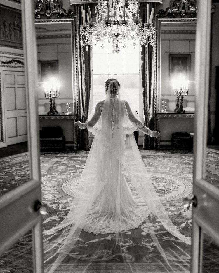 Novia caminando a su boda
